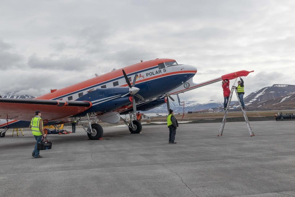 Im Juni 2017 bereiten Forscher der Uni Leipzig und vom Polarinstitut AWI auf Spitzbergen die Flugzeuge für Messungen vor. Die sollten nun eigentlich auch wieder in der Luft sein.