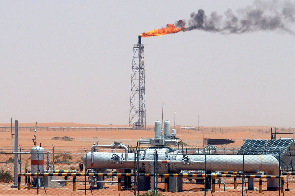 Saudi-Arabien, Riad: Technische Anlagen stehen auf dem Khurais-Ölfeld, das rund 160 Kilometer von Riad entfernt liegt.