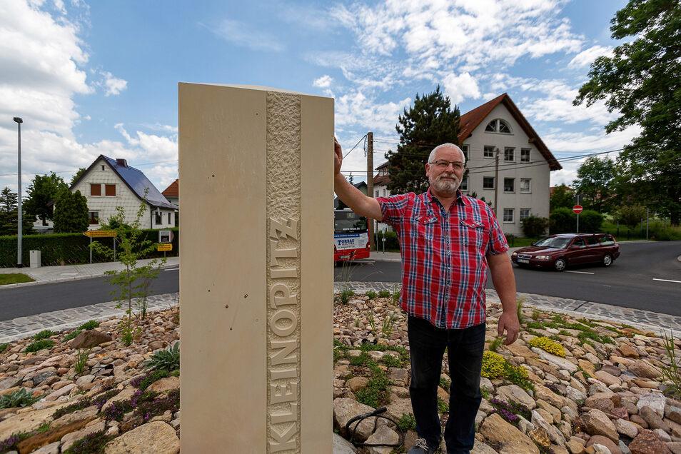 Steffen Ranft und seine Heimatfreunde haben am Wochenende diese Säule in die Mitte des neuen Kreisverkehrs in Kleinopitz platziert.