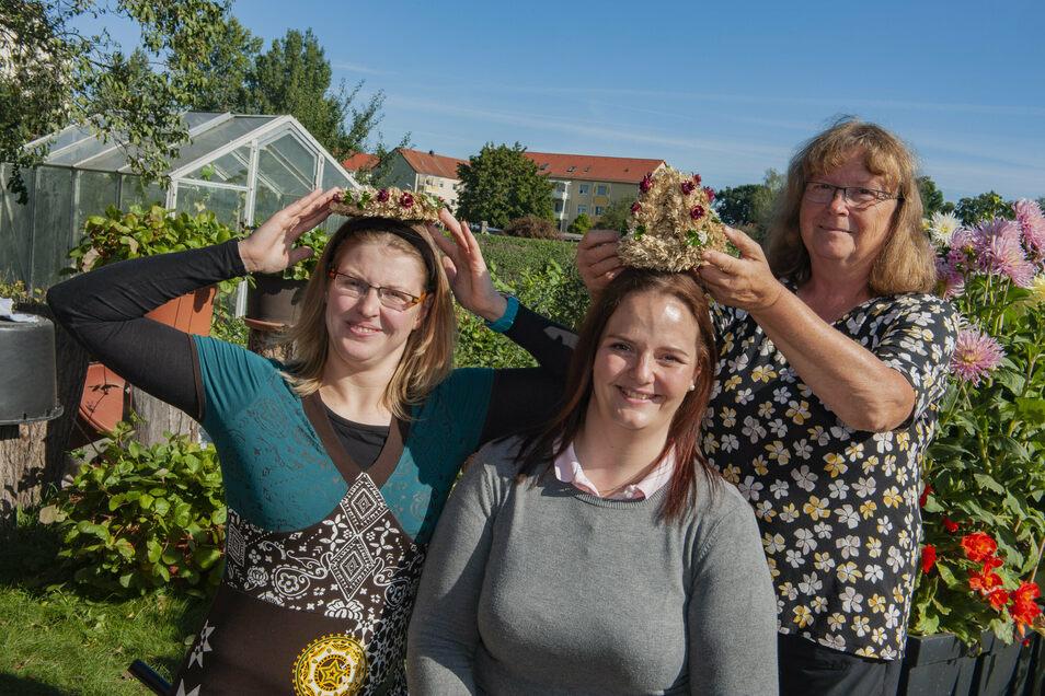 In Kalkreuth treffen sich Ernteprinzessin Sandra Zschommler (links) und Erntekönigin Wibke Frotscher bei Ellen Rutsch zur Anprobe von Kranz und Krone.