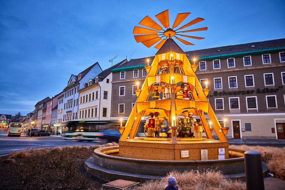 Am Dohnaischen Platz in Pirna dreht sich diese erzgebirgische Pyramide.