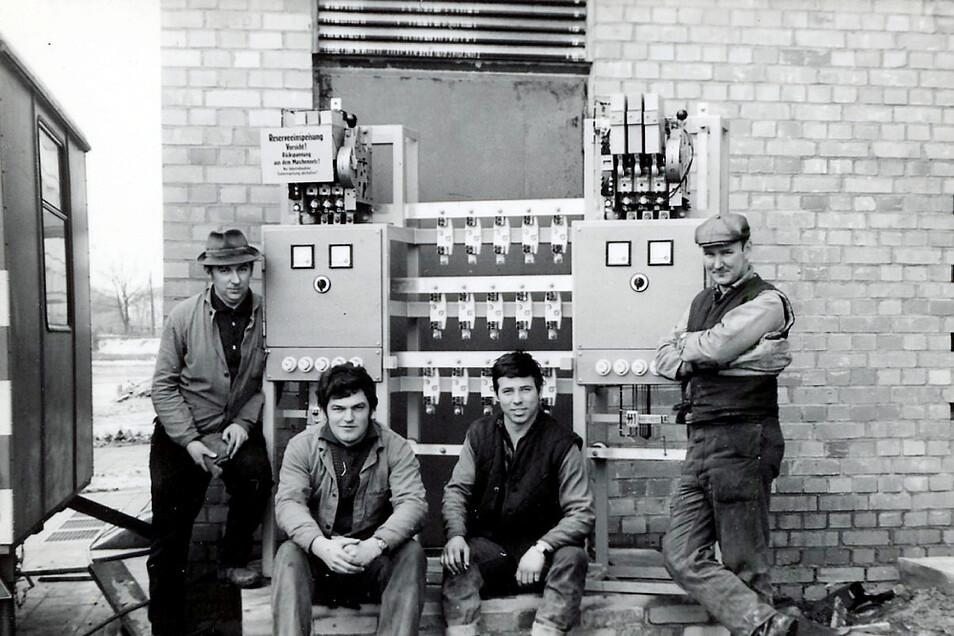 Mit der Installation für ein Transformatorenhäuschen im WK V wurde Wilfried Richter, im Bild links, offiziell zum Elektromeister.