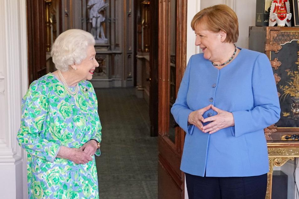 Die britische Königin Elizabeth II. (l) empfängt Bundeskanzlerin Angela Merkel (CDU) während einer persönlichen Audienz auf Schloss Windsor.