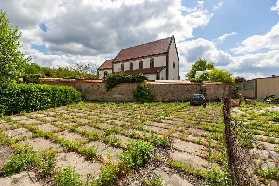 Auf der Brachfläche zwischen dem Dippser Bahnhof und der Nikolaikirche soll ein Wohnhaus entstehen.
