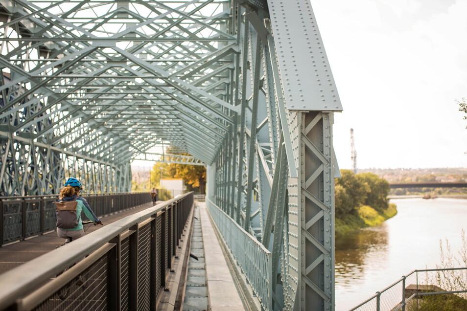 Revier nicht nur für Radfahrer, sondern auch für Angler: Die Hafenbrücke am Alberthafen in Dresden.