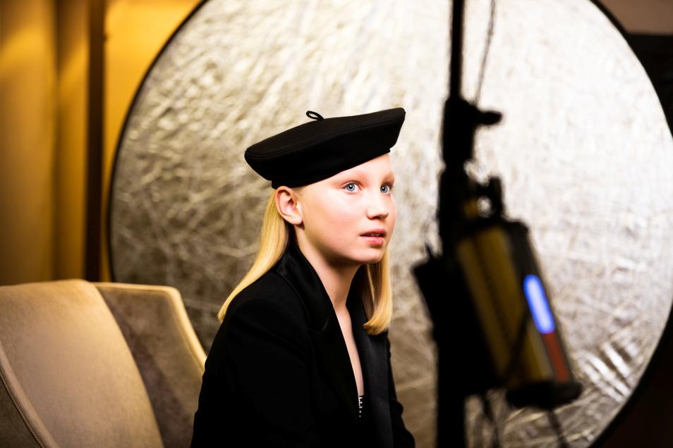 """Die zwölfjährige Deutsche Helena Zengel wartet auf die Bekanntgabe der Preisträger der Golden Globe Awards 2021. Zengel ist leer ausgegangen. In der Sparte """"Beste Nebendarstellerin"""" gewann Jodie Foster."""