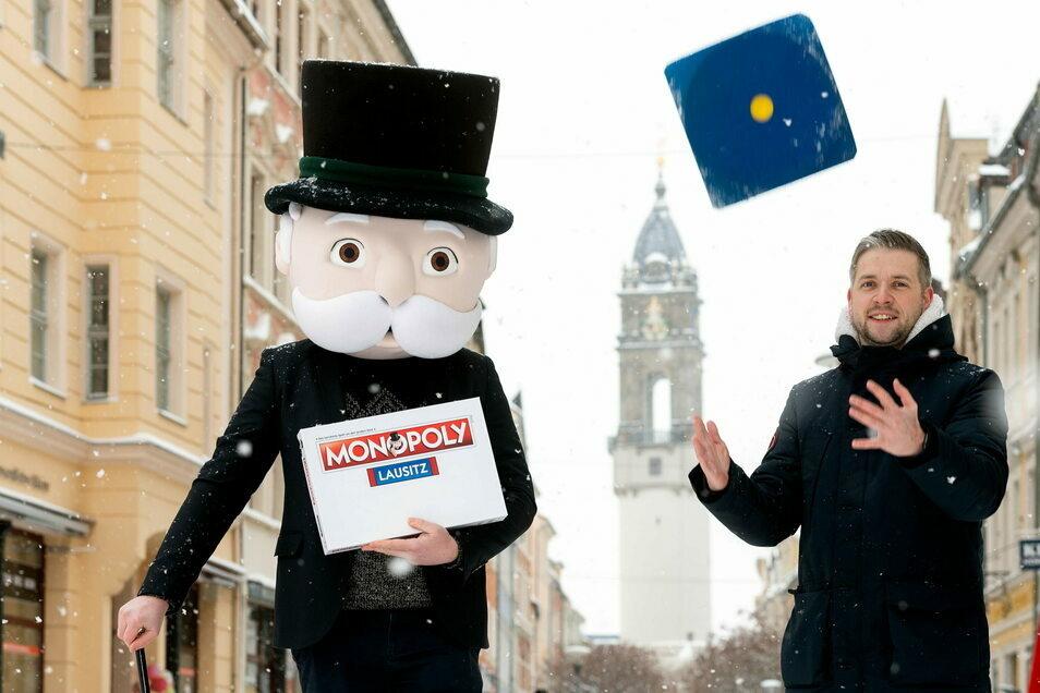 Der Chef der Zwickauer Agentur Polar1 und Maskottchen Mister Monopoly präsentierten am Montag in Bautzen schon mal den Karton für das neue Spiel.