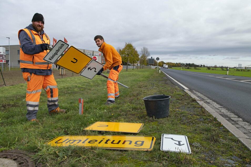 Marcus Golisch und John Görldt von der Verkehrstechnik Jähnig stellen bereits am Dienstag Umleitungsschilder am Kreisverkehr in Lampertswalde auf.