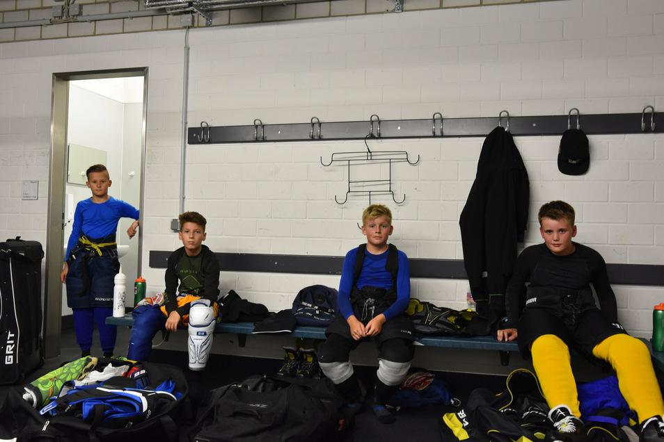 Lucas, Nick, Pepe und Karl (v.l.n.r.)müssen sich in der Gästekabine umziehen, um die Abstandsregelungen erfüllen zu können. Maximal acht Kinder dürfen sich gleichzeitig in den Mannschaftskabinen umkleiden, der Rest muss auf andere Plätze ausweichen.