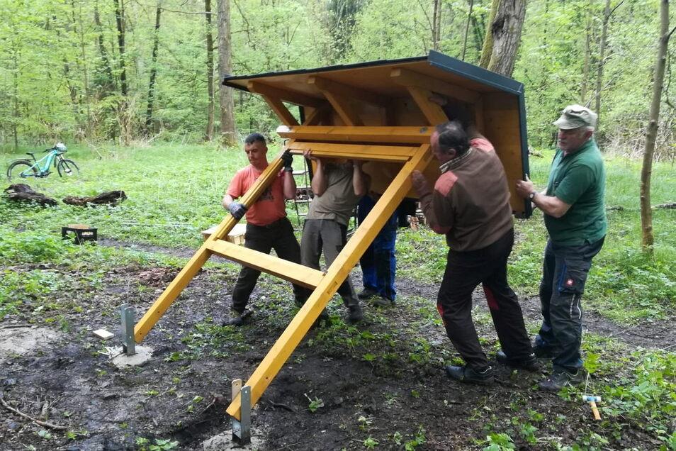 Mitglieder des Ortschaftsrates von Ulbersdorf richten die Tafel an der Sputhmühle auf.