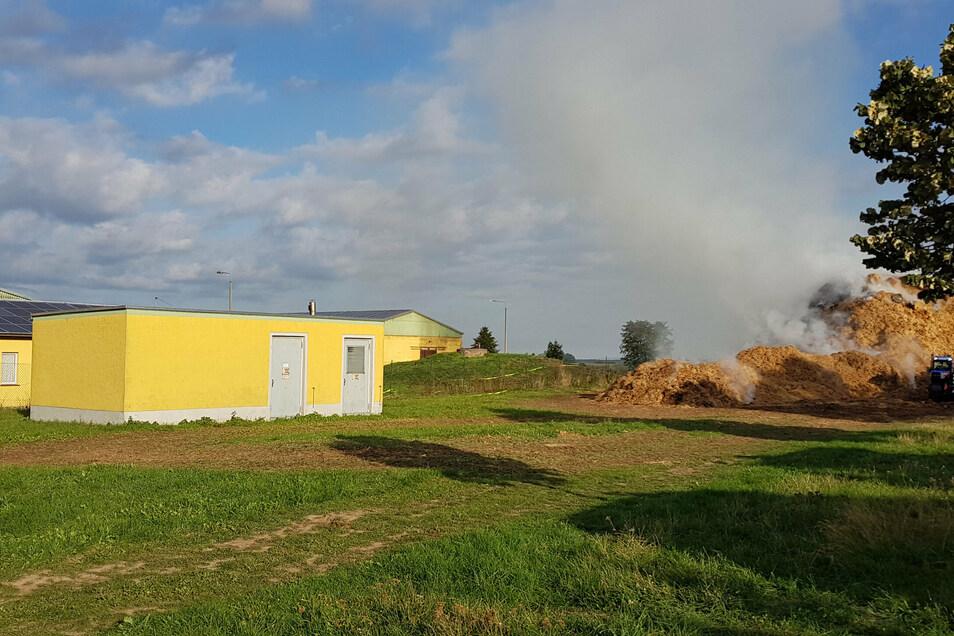 Das Strohlager befindet sich nur wenige Meter neben den Sanitär- und Stallgebäuden der Agrargenossenschaft Grünlichtenberg. Diese hat am Standort junge Rinder im Stall stehen.