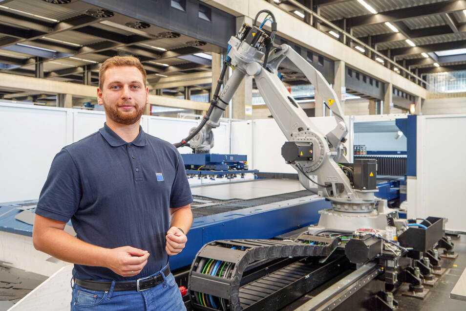Patrick Wowtscherk ist bei der Firma Trumpf in Neukirch für eine hochautomatisierten Laseranlage zur Blechverarbeitung zuständig. Sie ermöglicht das automatische Verarbeiten von auf Rollen aufgewickeltem Blech.
