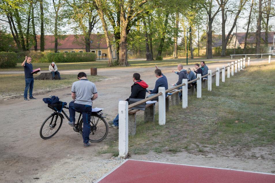 Ein außergewöhnliches Bild: Der Gemeinderat von Kreba-Neudorf tagt Corona-bedingt mit Mindestabstand im Freien.