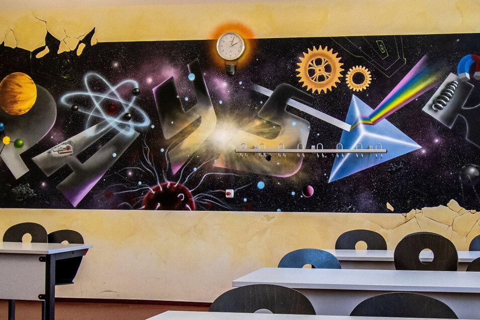 In Absprache mit dem Physiklehrer entstand dieses schöne Motiv an der Wand im Physikkabinett der Oberschule.