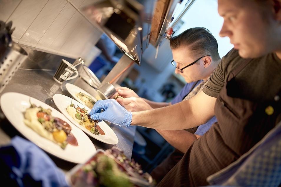 Westphalenhof-Küchenchef Alexander Westphal (links) und Sascha Prietzel geben einem Gericht die letzte Raffinesse – einmal mehr mit 14 Punkten gekrönt.