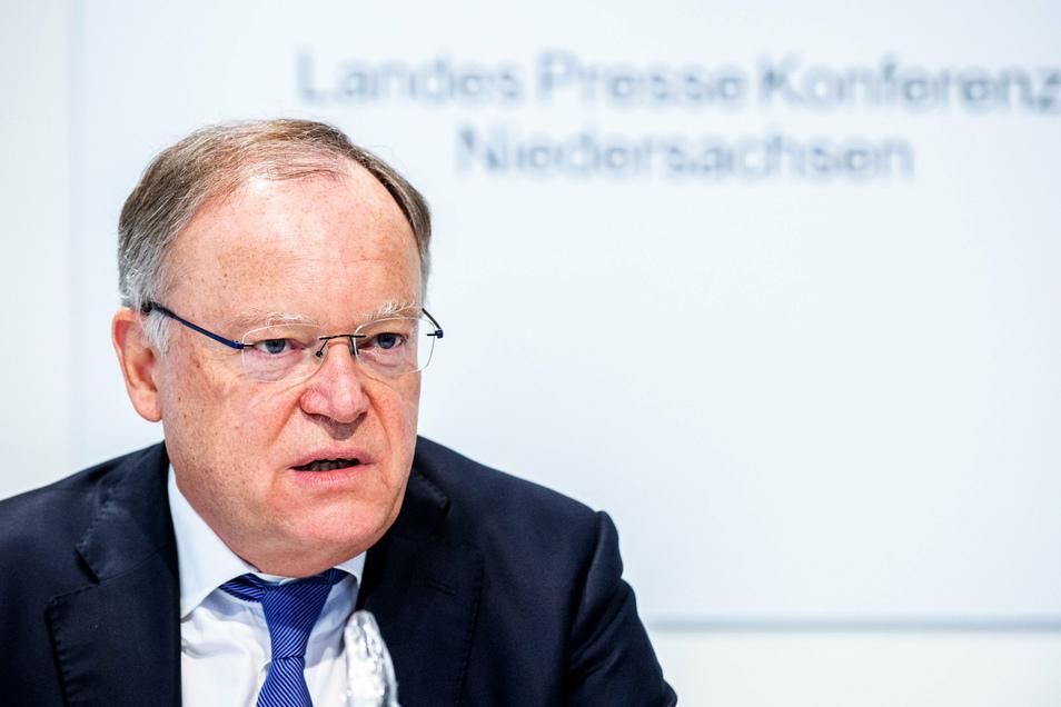 Niedersachsens Ministerpräsident Stephan Weil (SPD) fordert vom Bund eine andere Verteilung der Corona-Kosten.