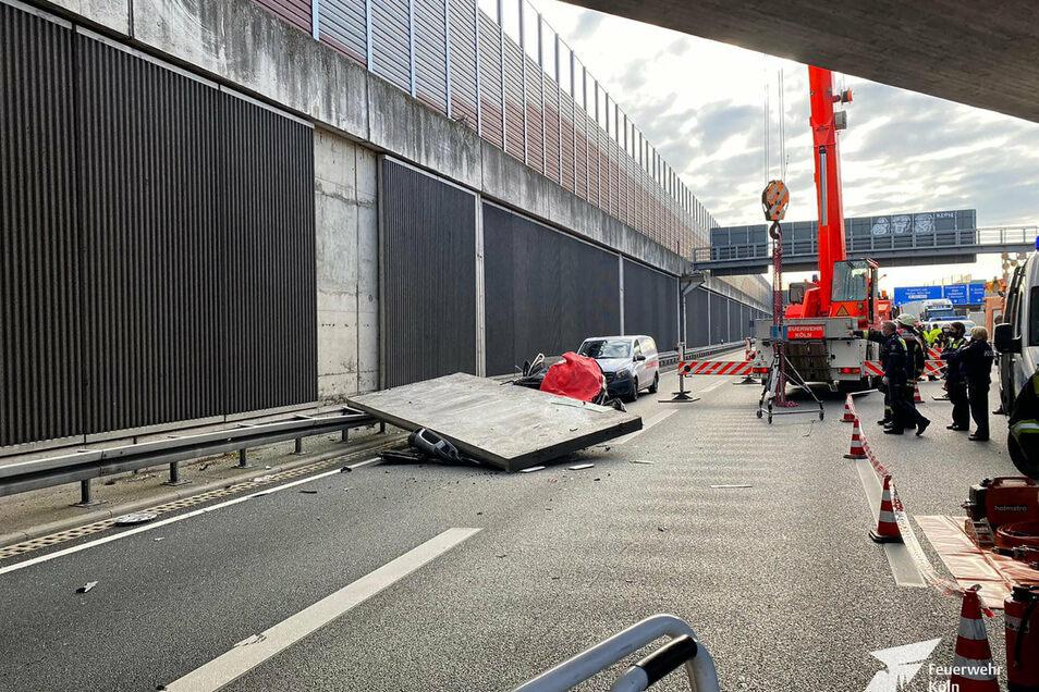 Eine große Betonplatte einer Lärmschutzwand war auf der Autobahn 3 bei Köln auf einen Wagen gestürzt  - die Fahrerin starb.