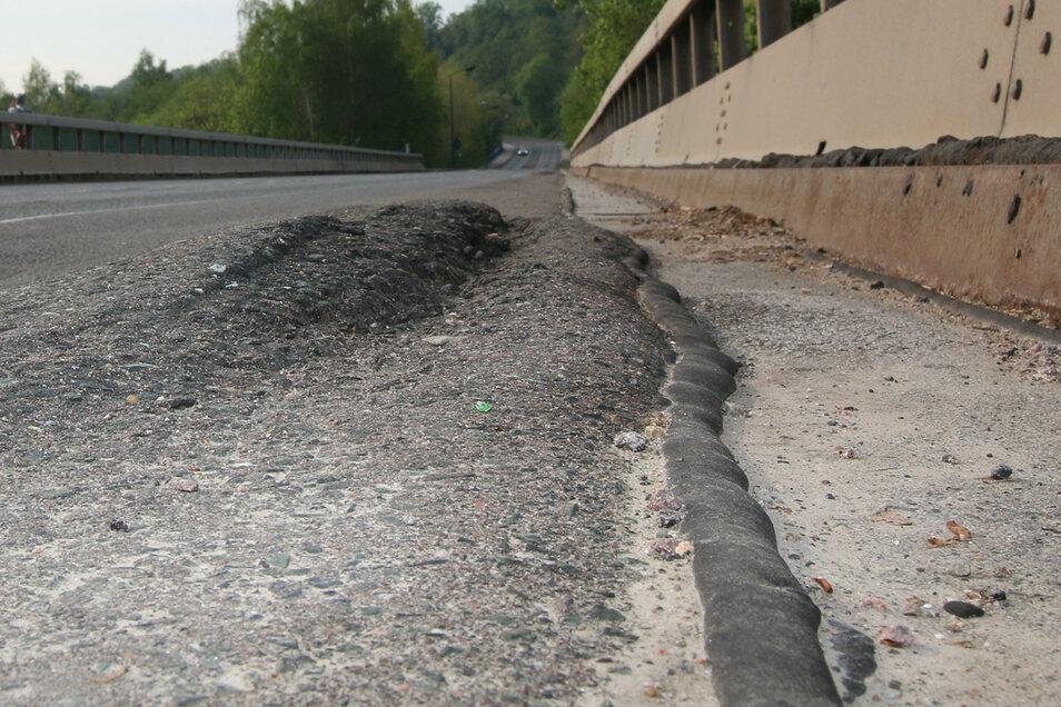 Die Fahrbahnschäden auf der Muldenbrücke in Fischendorf sind kaum zu übersehen – und für manche Verkehrsteilnehmer auch spürbar.