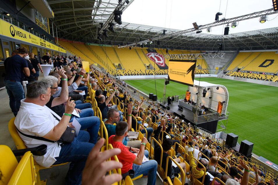 324 Mitglieder saßen bei der Mitgliederversammlung auf der Haupttribüne des Harbig-Stadions.