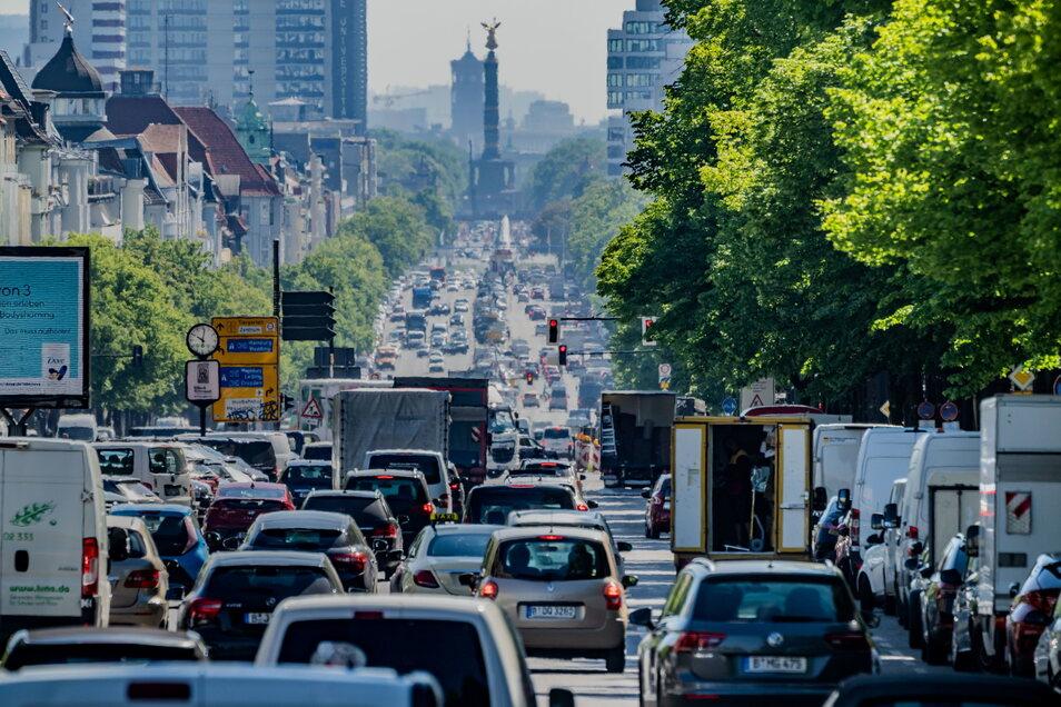 Autos, LKW und Lieferfahrzeuge fahren auf dem Kaiserdamm in Berlin stadteinwärts.