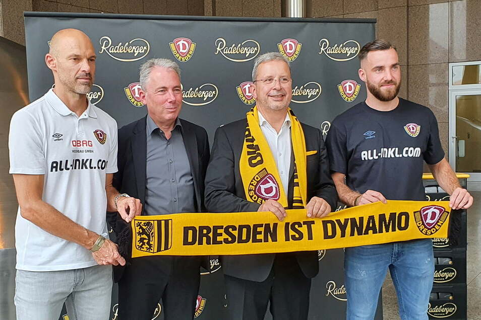 Dynamos Geschäftsführer Jürgen Wehlend (2. v. l.) und Brauerei-Chef Axel Frech dokumentieren die Partnerschaft gemeinsam mit Cheftrainer Alexander Schmidt (l.) und Profi Morris Schröter (r.).
