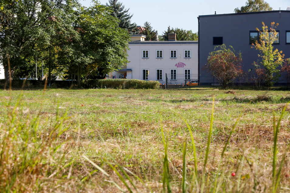 Mit Blick auf das Jugendhaus Villa und die Rückseite der Landerhalle an der Hochwaldstraße soll das Forschungszentrum entstehen.