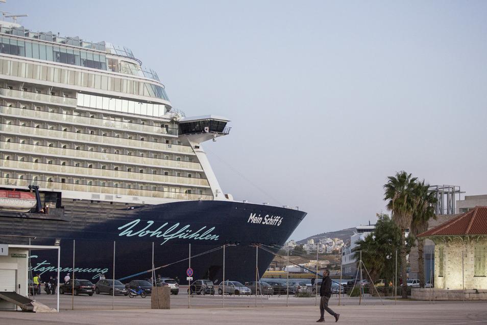 Das Kreuzfahrtschiff «Mein Schiff 6» hat am frühen Dienstagmorgen in der griechischen Hafenstadt Piräus angelegt. Corona-Tests dort waren alle negativ.