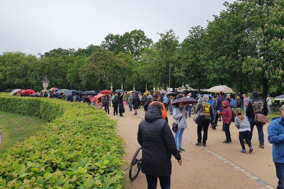 Offiziell ist das Treffen nicht, und doch treffen sich Sonnabend für Sonnabend mehrere hundert Menschen am Palaisteich im Großen Garten.