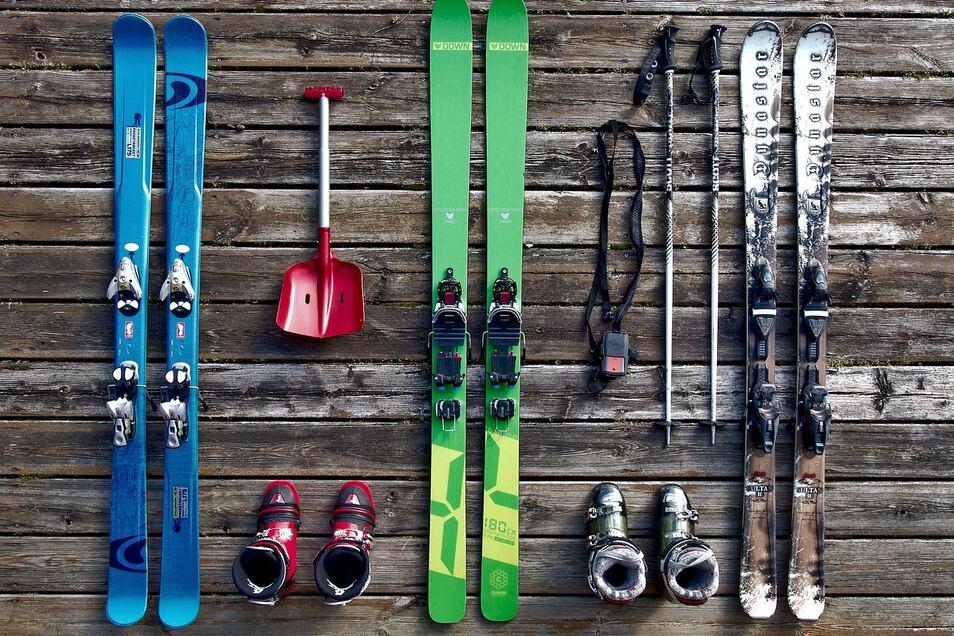 Skier, Helme, Stöcke - nichts was es nicht gibt auf der großen Skibörse.