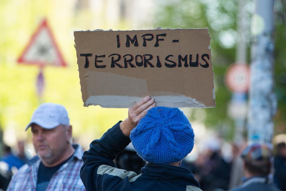 Zu einer Demo in Berlin gegen die Corona-Beschränkungen kamen bekannte Verschwörungstheoretiker, Rechtsextreme und Antisemiten.