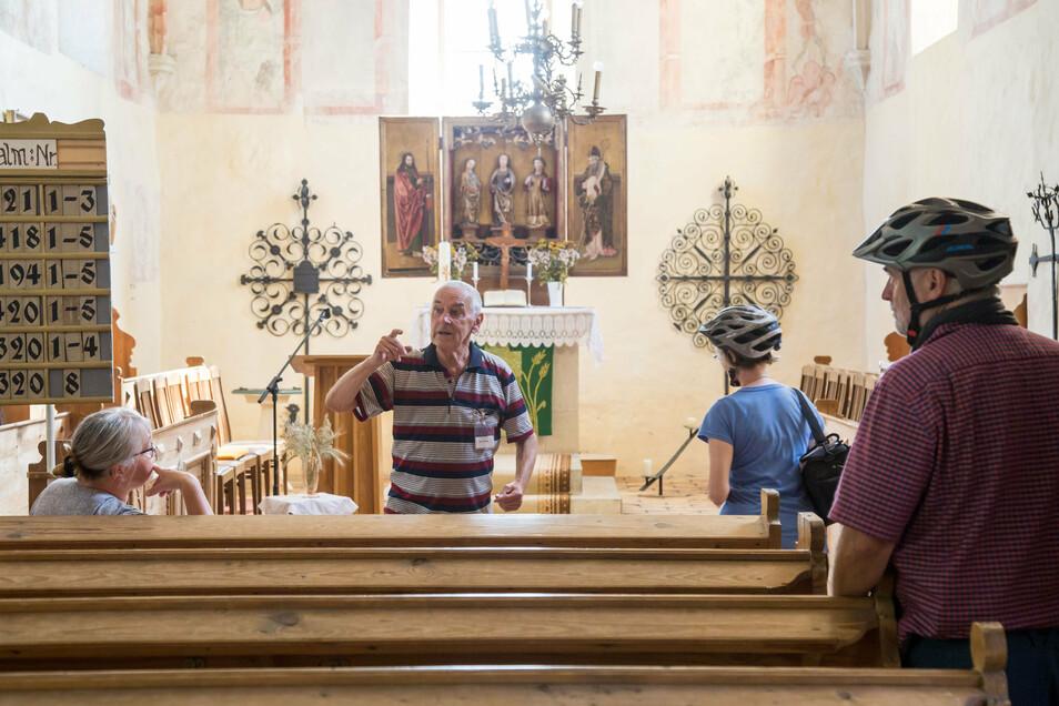 Eberhard Popig (Mitte) gibt ehrenamtlich Führungen durch die Jesus-Christus-Kirche in Zodel. Vor allem Radtouristen schauen sich das Gotteshaus an. Durch Corona sind es sogar mehr geworden, die auf dem Neiße-Radweg unterwegs sind, sagt Popig.
