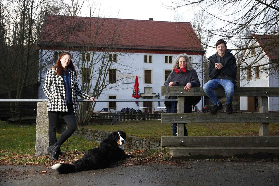 Ivonne Eles (M.) will der Marienmühle neues Leben einhauchen. Ihre Kinder Awina (l.) und Jann (r.) sowie Hund Apollo helfen ihr dabei.