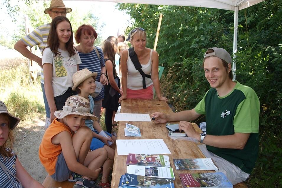 Am Stand von Alexander Gramer (re.) erfuhren die Besucher, dass eine Hecke aus verschiedenen Sträuchern ein idealer Lebensraum für Insekten und Vögel ist.