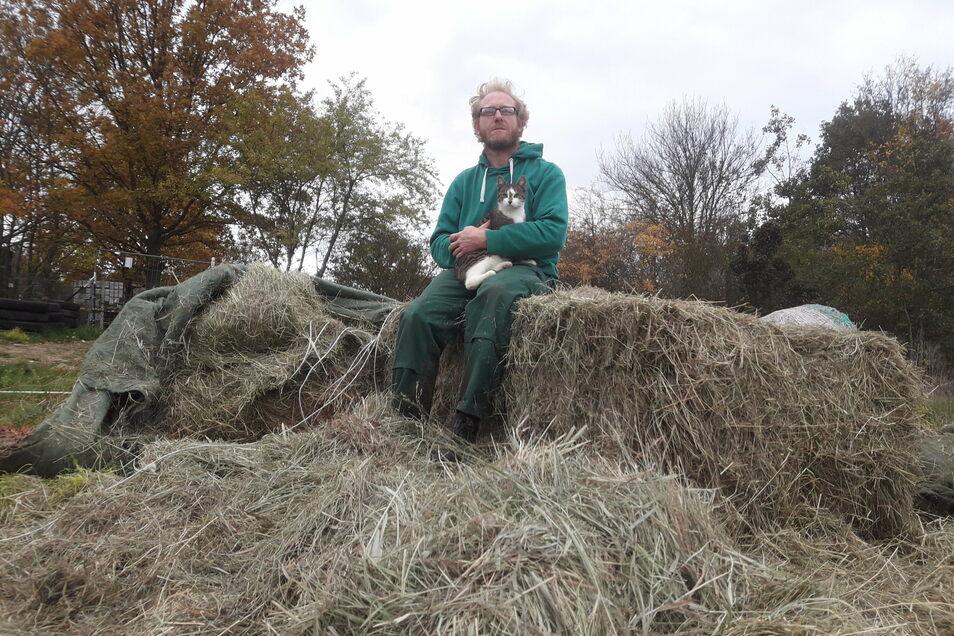 Sven Näther, der Betreiber des Elbetierparkes Hebelei, sitzt auf den letzten Heureserven. Inzwischen hat sich dank Spenden die Situation erst einmal entspannt.