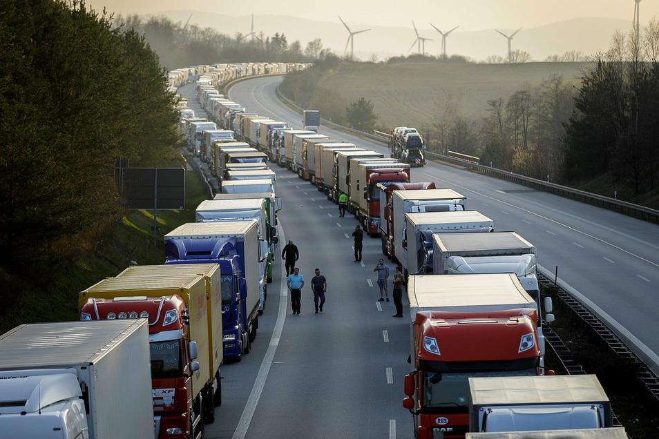 So sah es vor einem Jahr auf der Autobahn aus, ein Superstau. Jetzt verschärft Polen wieder wegen Corona die Einreisebedingungen.