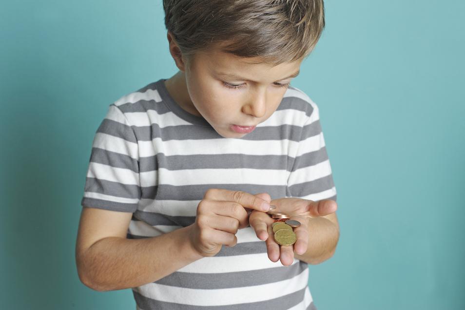 Um den Umgang mit Geld zu lernen, ist Taschengeld eine gute Sache. Empfehlungen zur Höhe bietet das Deutsche Jugendinstitut unter www.dji.de.