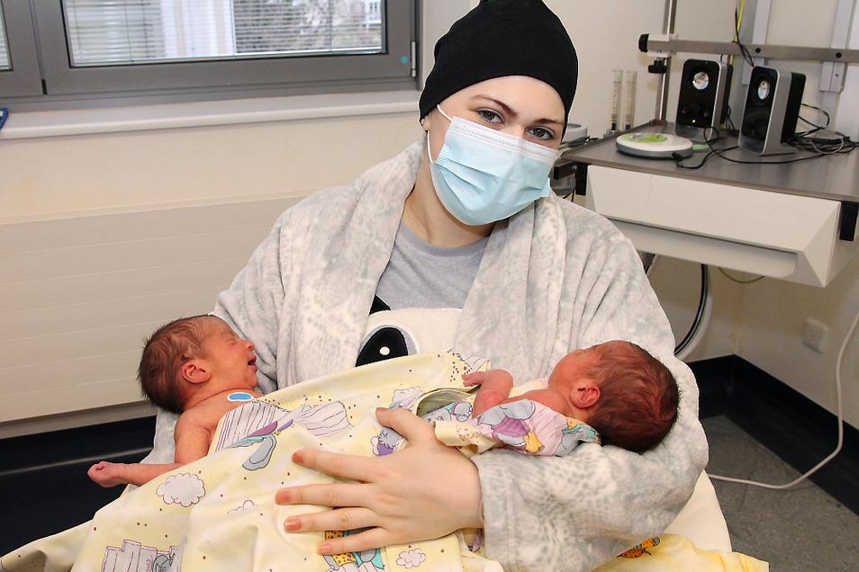 Die erste Zwillingsgeburt am Seenland Klinikum 2021: Mutter Noha Alaakad mit ihren Jungs Adam und Ezat.