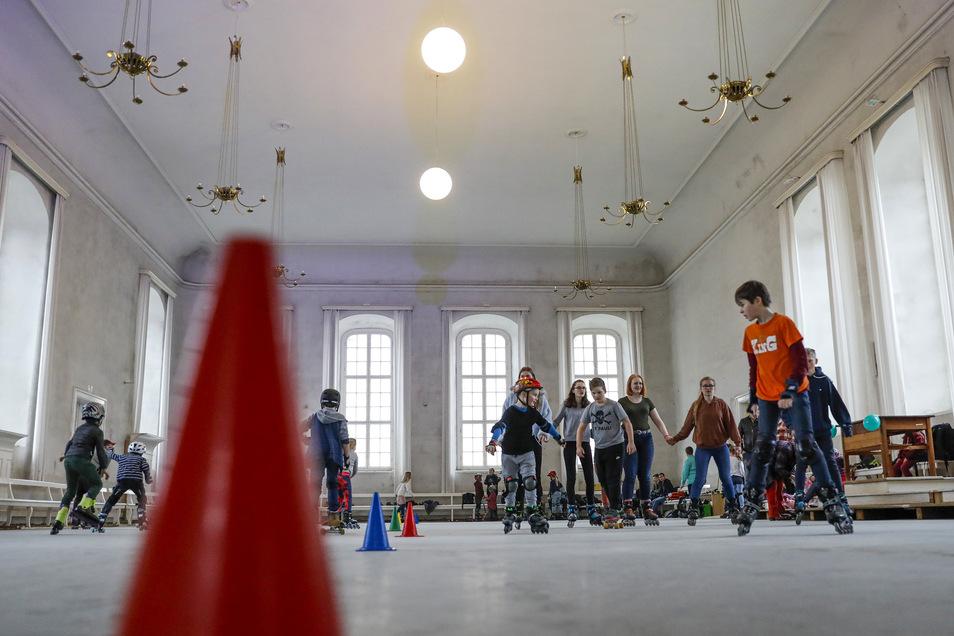Egal, ob Slalom üben oder einfach geradeaus rollen: Große und kleine Skatefans hatten viel Spaß bei der außergewöhnlichen Aktion.