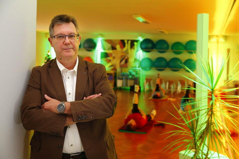 Frank Pfützenreuter, Chef des Pulsnitzer Gesundheitszentrums, versteht die Regelungen für die Corona-Hilfen nicht. In seinem Haus ist der Fitnessbereich geschlossen. Doch Unterstützung vom Staat bekommt er nicht.
