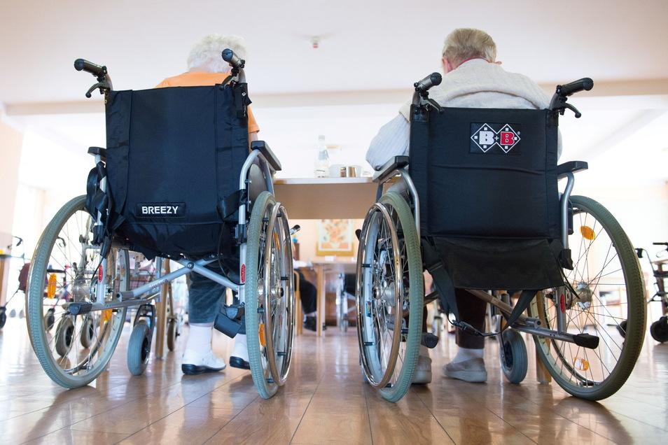 Zwei Frauen in ihren Rollstühlen. Obwohl es wegen des Impffortschrittes und der strengen Kontrollen in letzter Zeit kaum noch zu Corona-Ausbrüchen in Seniorenheimen des Landkreises Meißen kam, gab es jetzt mehrere neue Fälle in einem Coswiger Heim.