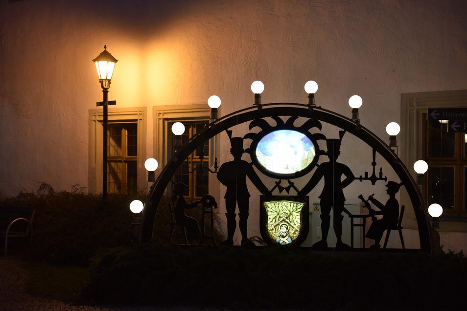 Dieser Schwibbogen steht normalerweise am Dippser Rathaus. Nun ruft die Oberbürgermeisterin dazu auf, solchen Weihnachtsschmuck ins Fenster zu stellen und als Licht der Hoffnung leuchten zu lassen.