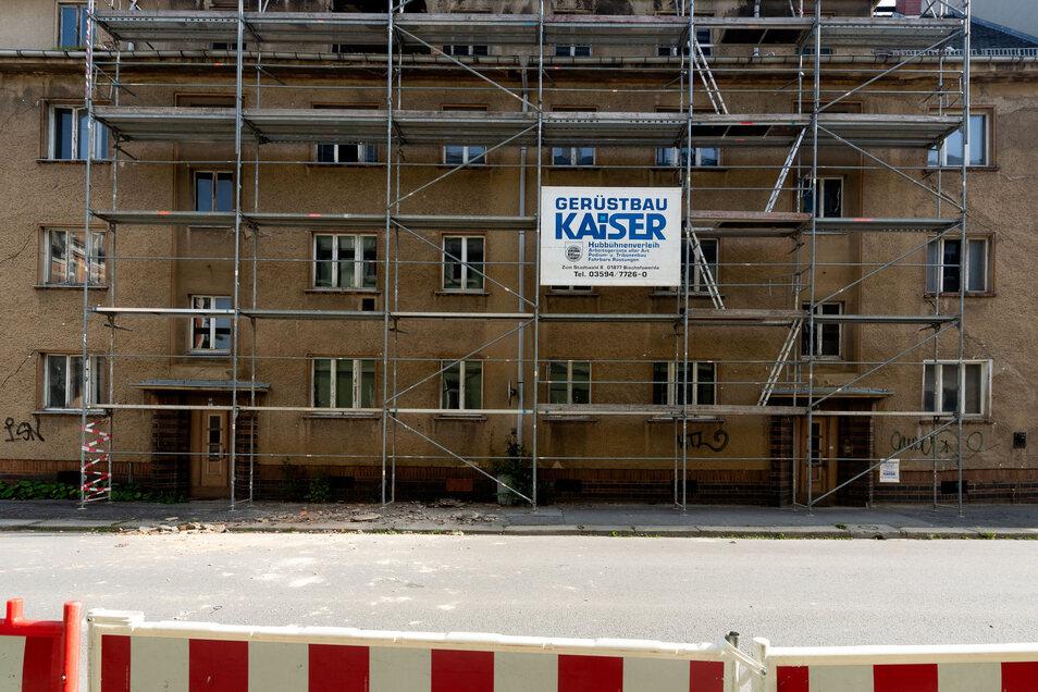 Nachdem von einem Haus ein Teil der Gaube abgestürzt war, wurde die Karl-Liebknecht-Straße in Bischofswerda gesperrt. Nun darf der Verkehr wieder rollen.