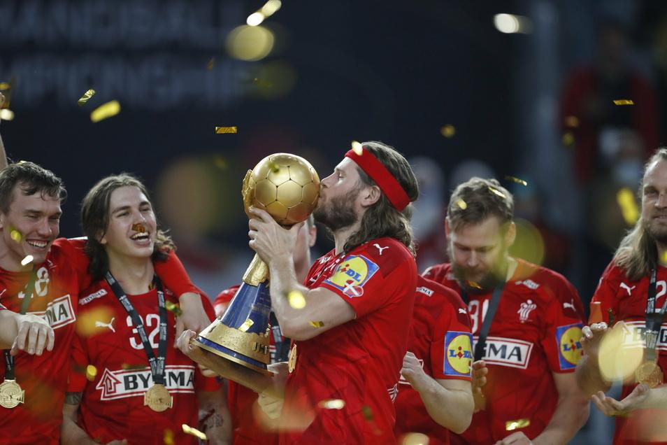Dänemarks Mikkel Hansen küsst bei der Siegerehrung den WM-Pokal.