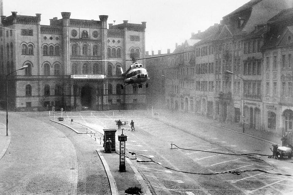 Mächtig Staub aufgewirbelt wurde vor dem Zittauer Rathaus, als der Interflughubschrauber 1970 einen neuen Fahnenmast montierte.