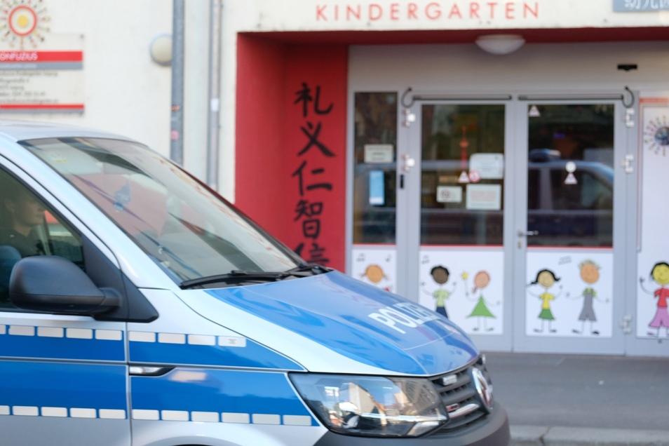 Ein Polizeiwagen fährt an einer der beiden Leipziger Kitas vorbei, die Schweinefleisch aus dem Speiseplan nehmen wollten..