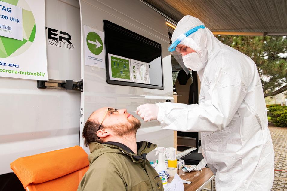 Erik Angermann aus Zschorna ist der Erste, der sich im mobilen Schnelltestzentrum in Thiendorf testen lässt.