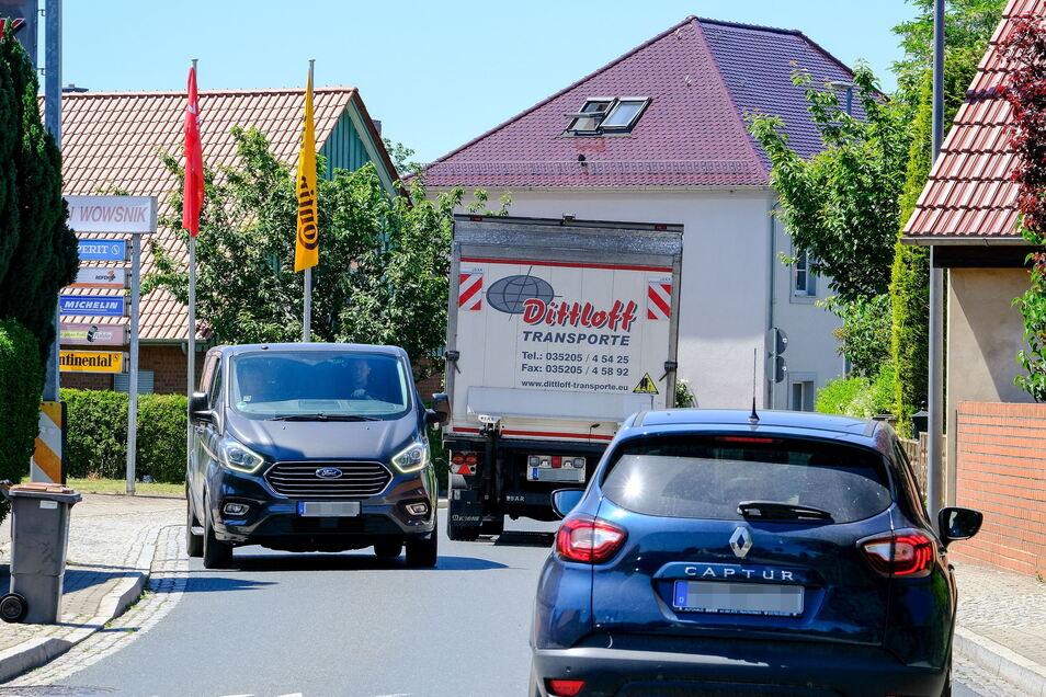 Im Bereich der S-Kurve bei Reifen Wowsnik ist die Fahrbahn der Kötitzer Straße besonders eng. Immer wieder beobachten Anwohner riskante Ausweichmanöver über die Fußwege. Zudem würden viele Kraftfahrer sich nicht ans Tempolimit halten.