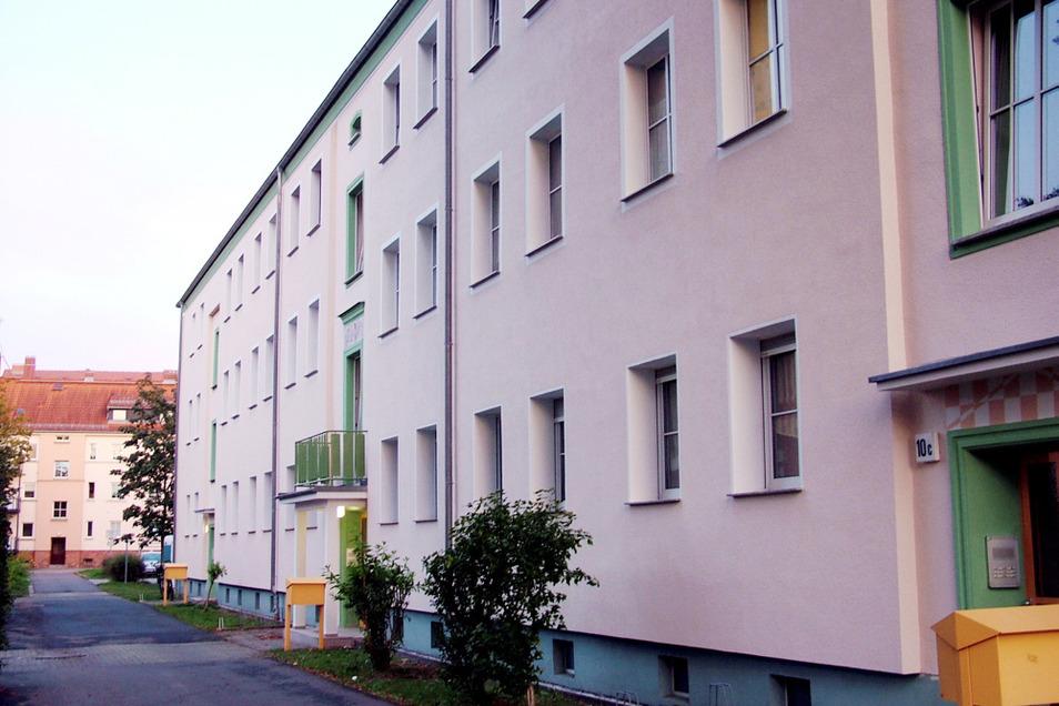 Zur Besonderheit dieses Hauses gehört, dass die Hauseingänge 10 a und 10 c profiliert klassisch gerahmt sind und der mittlere Eingang 10 b einen Vorbau besitzt, der einen Balkon mit kunstvollem Gitter im ersten Obergeschoss trägt.