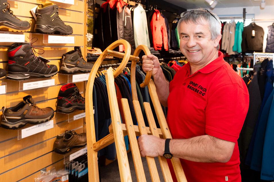 Peter Schäfer, Inhaber des bekannten Sport-Shops in Radeberg, hat derzeit alle Hände voll zu tun. Nach einem Umbau räumen er und seine Mitarbeiter die Regale mit den neuesten Winterkollektionen ein.