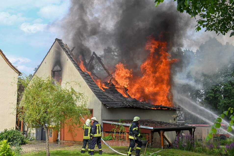 Am Freitagnachmittag brannte der Dachstuhl dieser Scheune im Neschwitzer Ortsteil Saritsch.